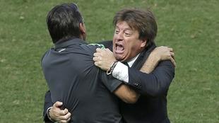 Miguel Herrera celebrando el gol de Giovani ante Holanda en el...