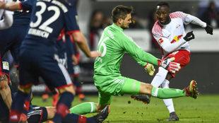 Keita remata de zurda ante Ulreich para empatar el partido.