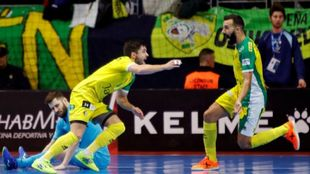 Jugadores del jaén celebrando un gol