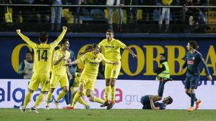 Los jugadores del Villarreal celebran el gol de Unal.