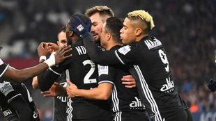 Los jugadores del Lyon celebran uno de los goles.