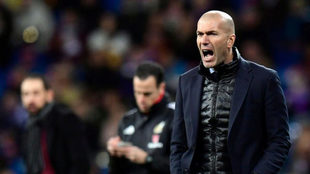Zinedine Zidane da instrucciones a sus jugadores.