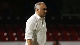 El DT de los Tiburones durante un juego de Liga MX