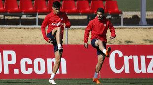 Correa y Banega hacen un ejercicio en un entrenamiento.