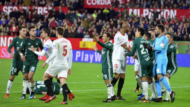 Los jugadores del Sevilla y el Betis, en el derbi de la ida.