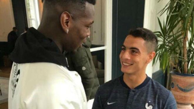 Pogba y Ben Yedder se saludan en la concentración de Francia.
