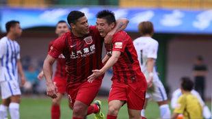 Hulk celebra con Wu Lei uno de sus cuatro goles ante el Guangzhou...