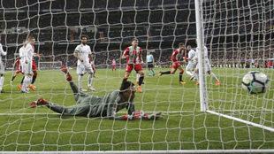 Keylor Navas en el suelo, en uno de los goles del Girona /