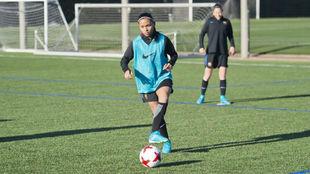 Perle Morroni controla un balón durante un entrenamiento en...