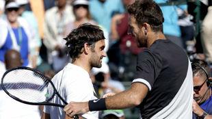 Federer se saluda con Del Potro