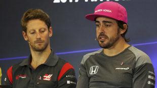 Grosjean escucha a Alonso.