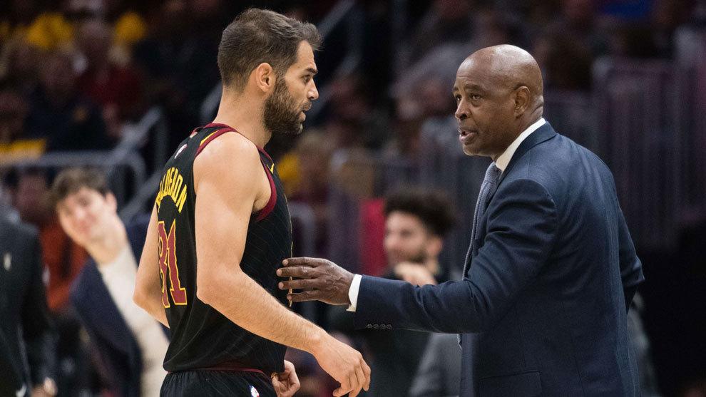 Calderón dialoga con el entrenador interino de los Cavs Larry Drew