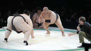 Dos luchadores, durante un combate de sumo