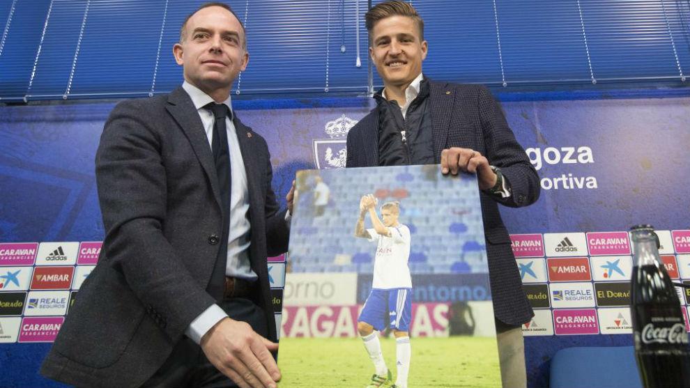 Wilk recibe un cuadro del presidente Christian Lapetra.