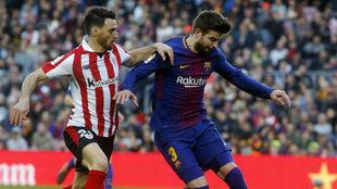 Aduriz (Athletic), junto a Piqué (Barcelona)