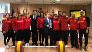 La selección de halterofilia posa con José Ramón Lete en la sede...