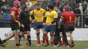 Los jugadores españoles protestan una jugada al árbitro rumano Vlad...