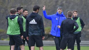 Imanol se da instrucciones a sus jugadores durante el entrenamiento en...