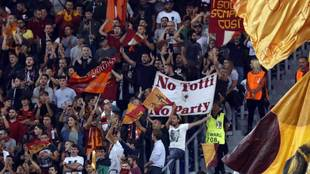 Aficionados de la Roma animan durante un partido.