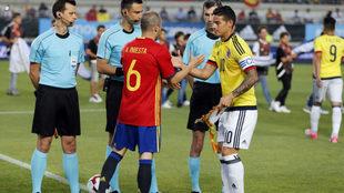 Iniesta saluda a James en un España-Colombia.