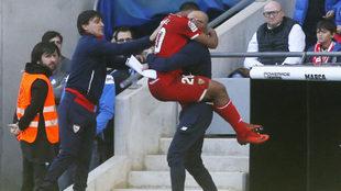 Muriel celebra el gol con un ayudante de Montella, que le toca la...