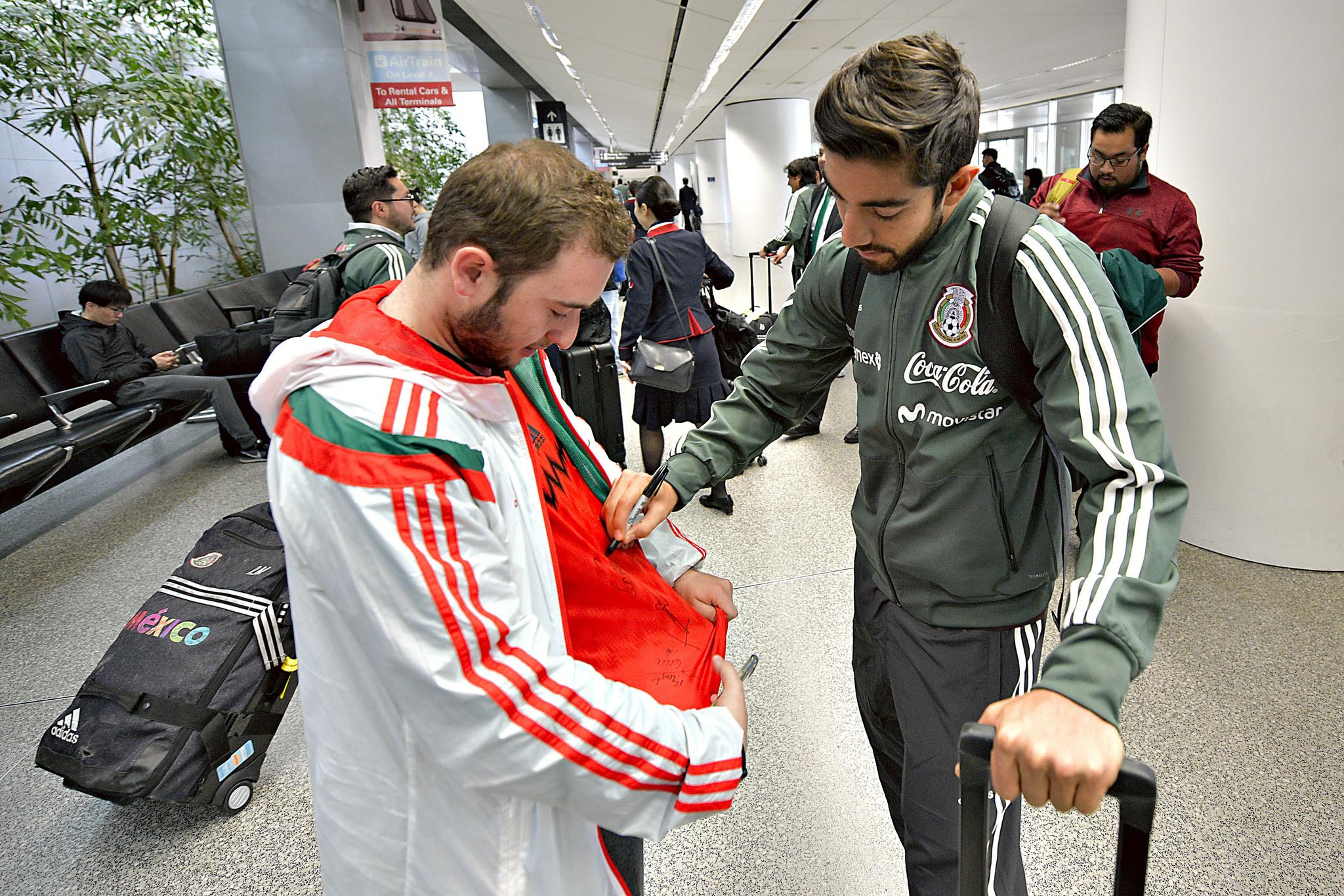 Pizarro, firmando autógrafos con la selección mexicana.