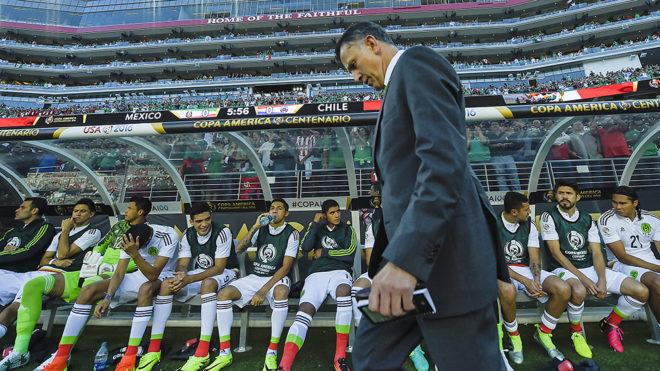 Juan Carlos Osorio, cabizbajo en el partido ante Chile de la Copa...