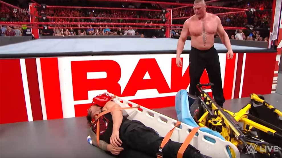 Ataque a traición de Roman Reigns a Brock Lesnar cuando estaba...