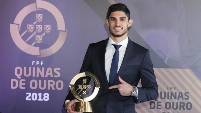 Gonçalo Guedes posa con el premio Quina de Ouro 2018.