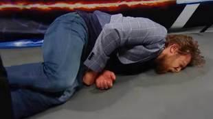 Daniel Bryan golpeado por Sami Zayn y Kevin Owens tras anunciar su...