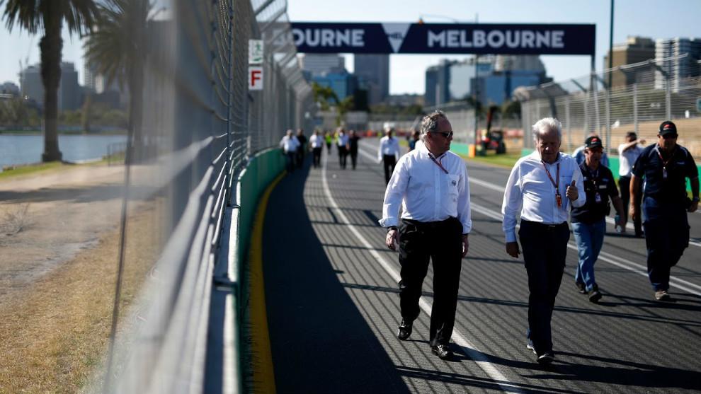 Charlie Whiting, delegado de la FIA recorriendo a pie el circuito de...