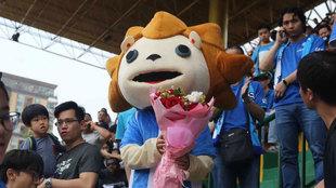 El novio ataviado como la mascota del Guangzhou R&F en las gradas...