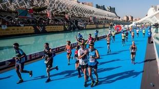 Los corredores finalizan el maratón de Valencia.