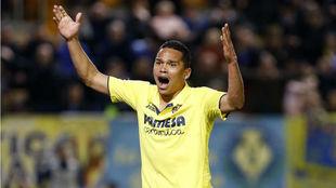 Carlos Bacca protesta una acción durante un partido con el Villarreal