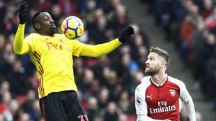 Okaka controla un balón frente a Mustafi.