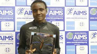 Jepkosgei posa tras recibir el trofeo del medio maratón.
