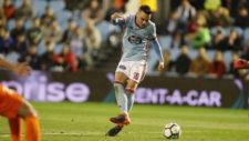 El jugador del Celta de Vigo, Iago Aspas antes de fallar un tiro...