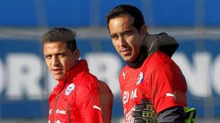 Alexis y Bravo, durante una concentración de Chile en