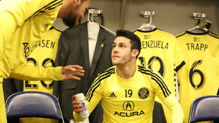 Valenzuela habla con un compañero en el vestuario.