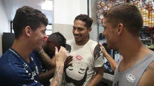 Paolo Guerrero saluda a sus compañeros.