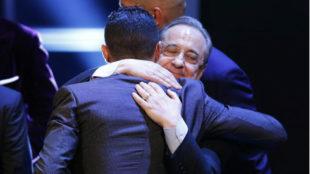Florentino abraza a Cristiano tras recibir el premio The Best de la...