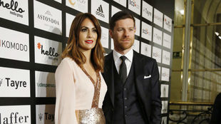 Xabi Alonso, junto a su mujer Nagore.