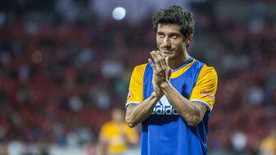 Damián Álvarez, aplaude a la afición de los Tigres