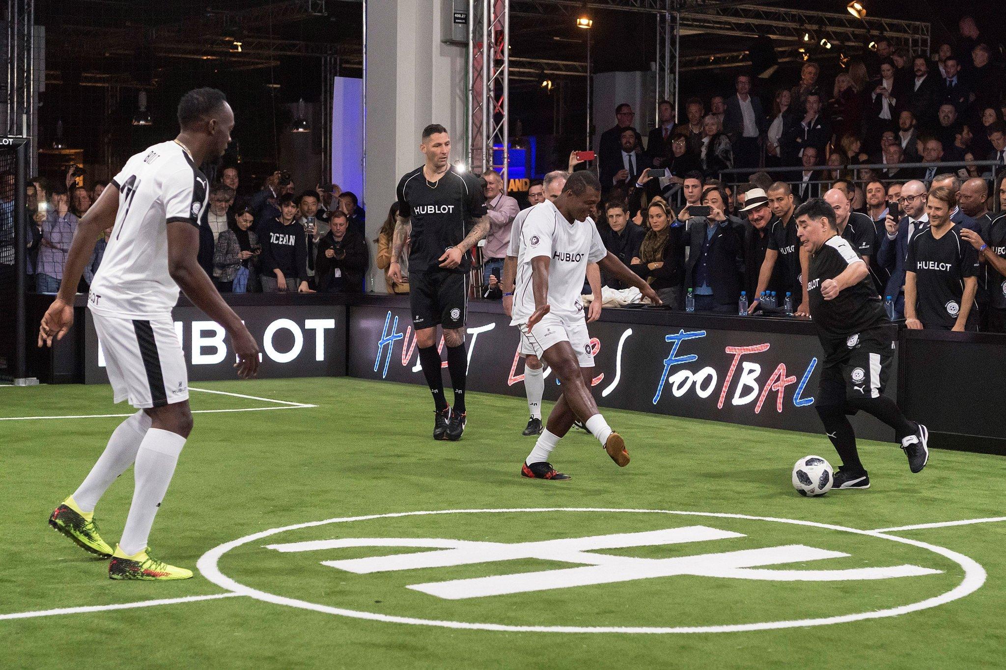 Usain Bolt y Diego Armando Maradona jugando al fútbol en la Feria de...