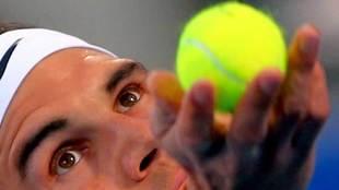 Rafa Nadal con  una pelota de tenis