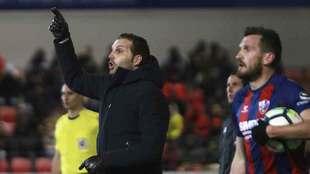 Rubén Baraja señala durante el partido de Huesca del pasado lunes