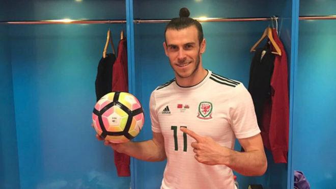 Bale posa con el balón tras su 'hat-trick' a China.