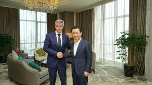 Wang Jianlin y Miguel Ángel Gil tras la firma del acuerdo. en...