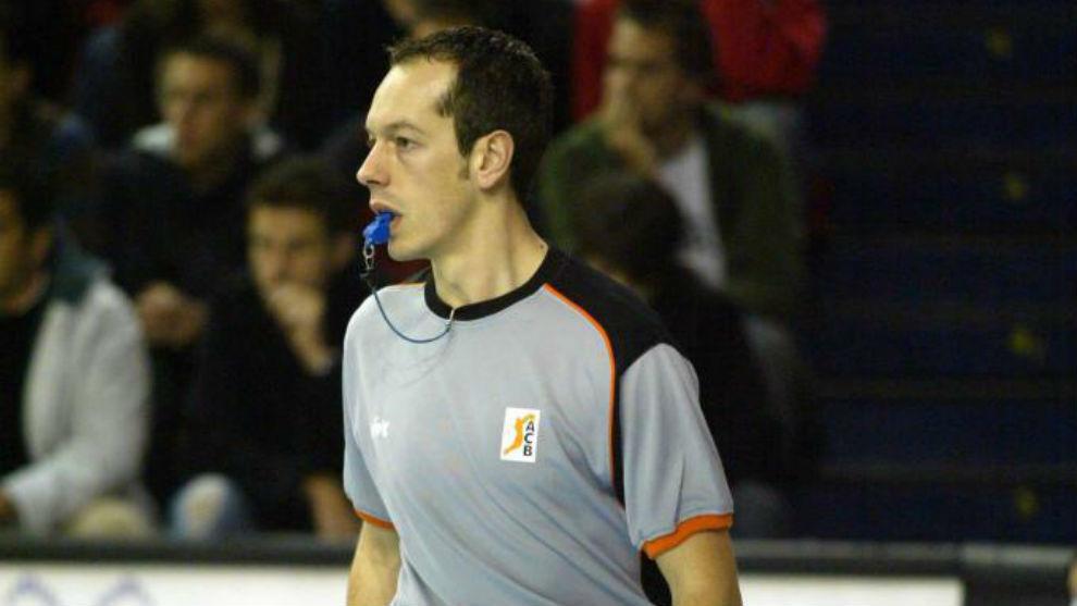 Carlos Cortes, arbitrando un partido.º