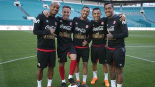 Varios jugadores peruanos posan en el estadio.